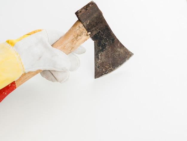 Machado na mão com luva Foto gratuita