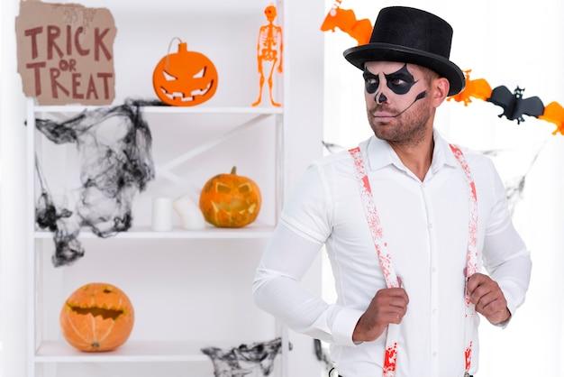 Macho adulto com chapéu posando para o halloween Foto gratuita