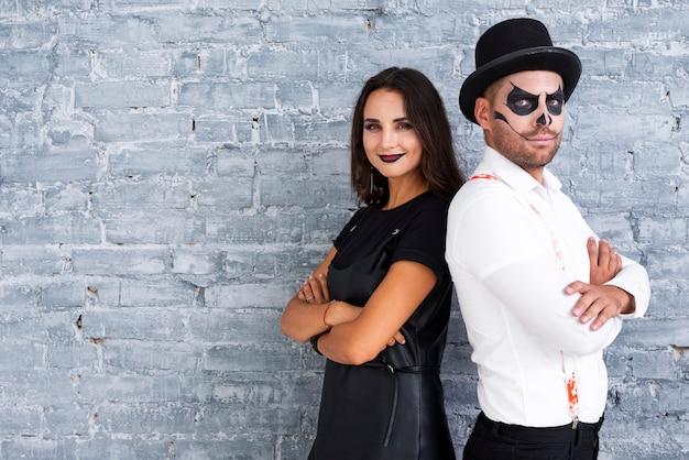 Macho adulto e mulher vestida para o halloween Foto gratuita