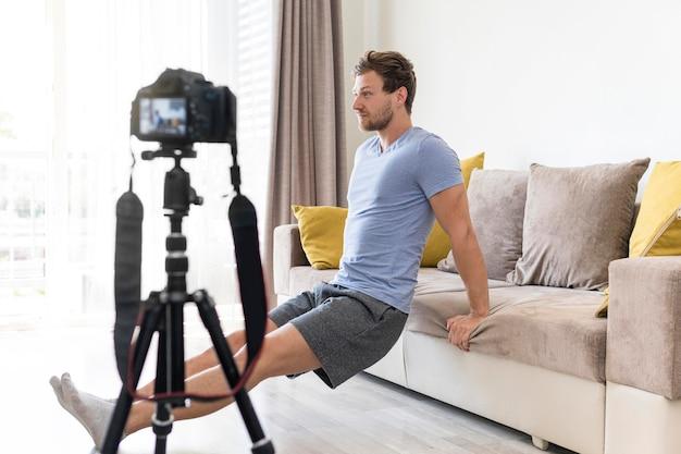 Macho adulto fazendo exercícios para o blog pessoal Foto gratuita