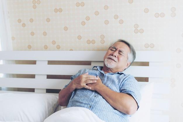 Macho asian sênior, sofrimento, de, dor ruim, em, seu, peito, ataque cardíaco, casa Foto Premium