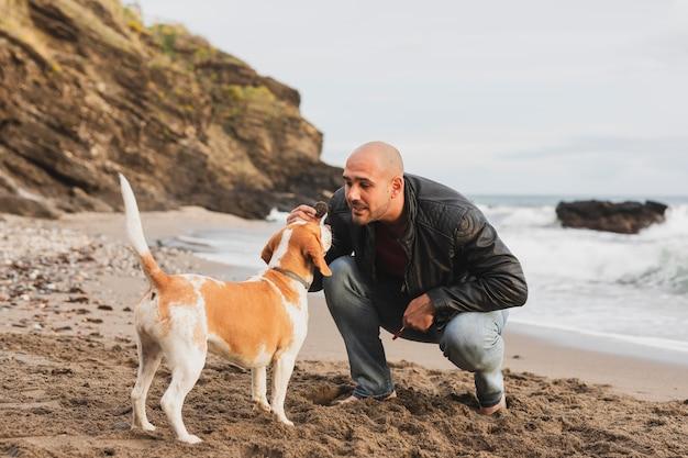 Macho brincando com cachorro Foto Premium