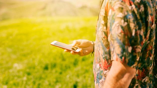 Macho com smartphone Foto gratuita