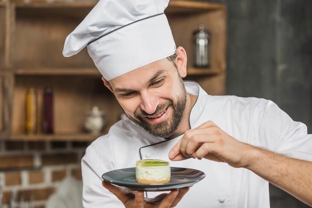 Macho decorar deliciosa sobremesa no prato Foto gratuita