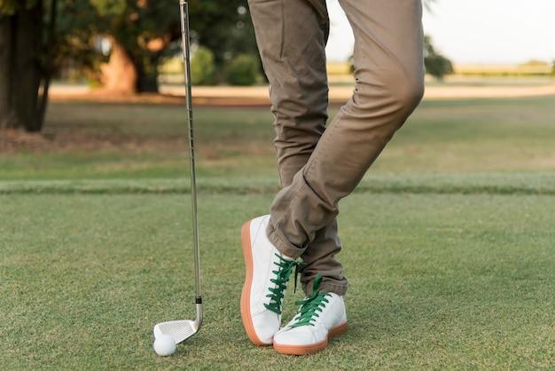 Macho do close-up que joga o golfe Foto gratuita