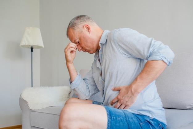 Macho perturbado com dor no estômago Foto Premium