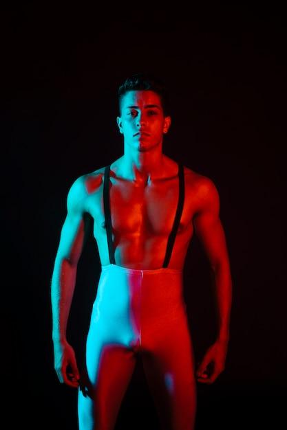Macho sedutor posando em calças justas Foto gratuita