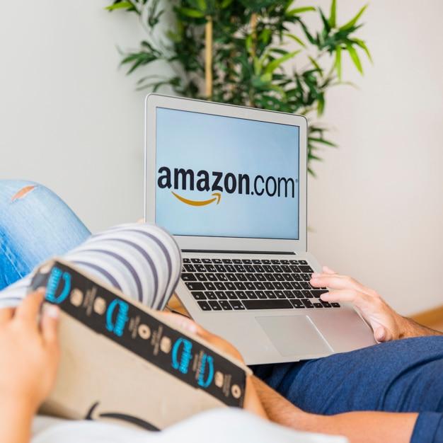 Macho segurando laptop perto de mulher com o envio Foto gratuita
