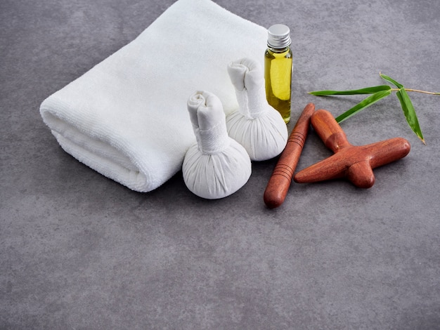 Madeira guasa e óleo de massagem. spa Foto Premium