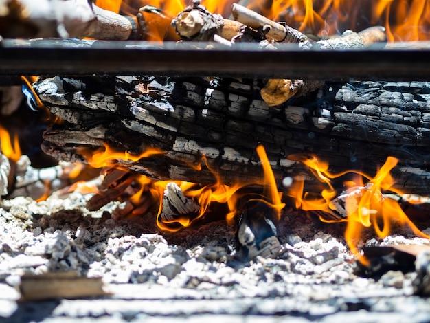 Madeiras ardentes no poço do fogo Foto gratuita