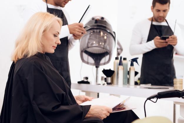 Madura mulher atraente fazendo corte de cabelo à moda. Foto Premium