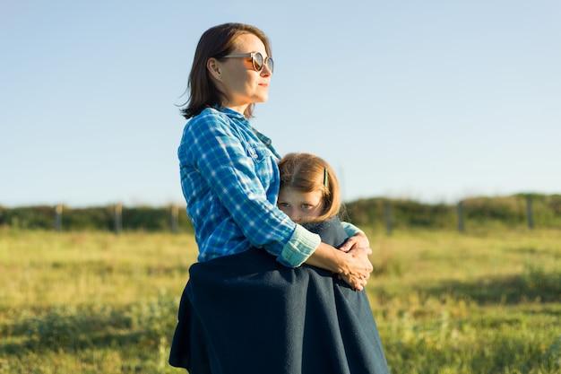 Mãe abraça sua filhinha. Foto Premium