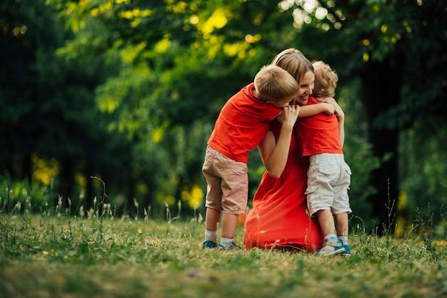 Mãe, abraçando, dela, crianças Foto gratuita