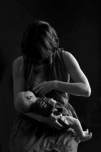 Mãe amamentando seu filho Foto Premium