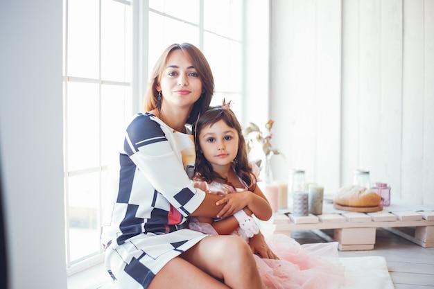 Mãe amorosa com a filha Foto gratuita