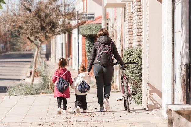 Mãe, andar, crianças, para, escola Foto gratuita