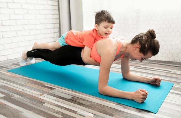 Mãe ativa, treinando junto com o filho Foto gratuita