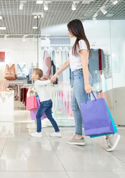 Mãe atraente, fazer compras com a filha no shopping Foto gratuita
