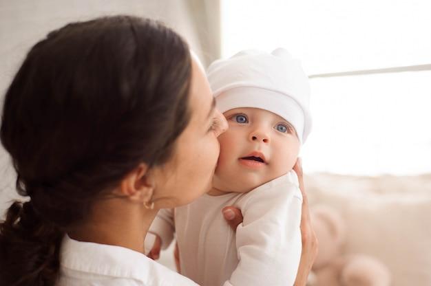 Mãe beijando a criança Foto Premium