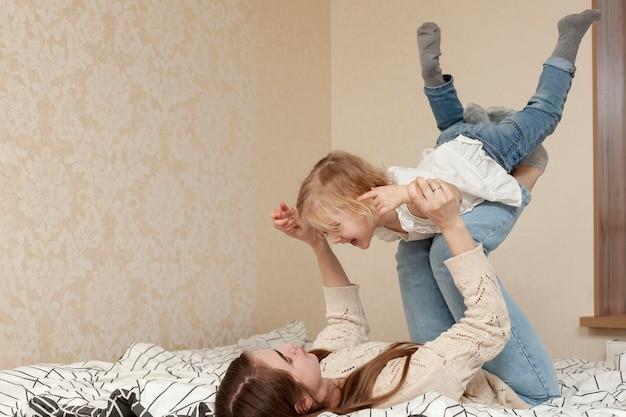 Mãe brincando com a filha Foto gratuita