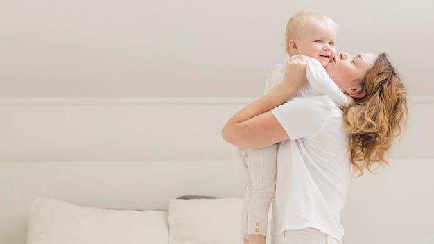 Mãe brincando com bebê fofo Foto Premium