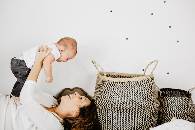 Mãe brincando com bebê Foto gratuita