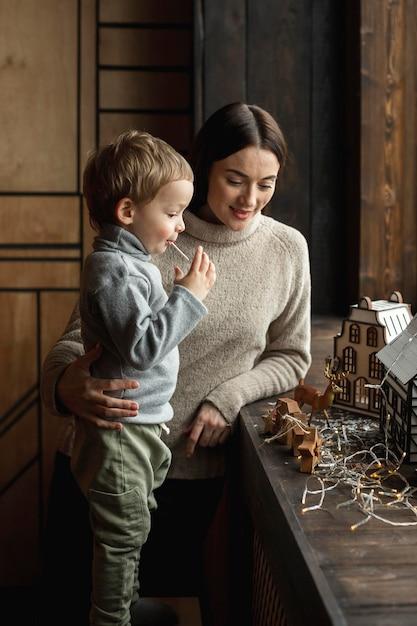 Mãe brincando com seu filho Foto gratuita
