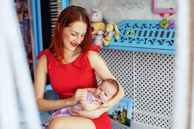 Mãe carinhosamente segurando um bebê. o conceito de recém-nascido e família. Foto Premium