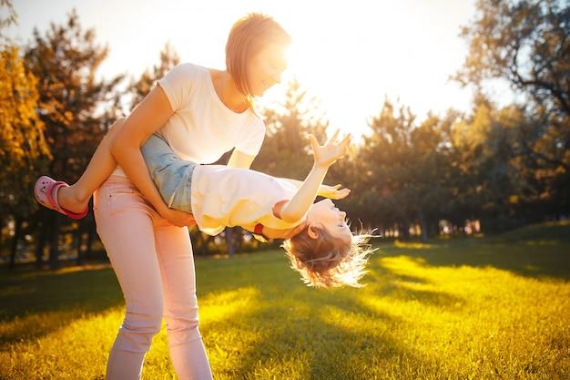 Mãe com a filha na floresta Foto Premium