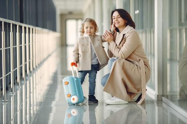 Mãe com a filha no aeroporto Foto gratuita