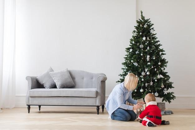 Mãe, com, criança, abertura, presentes Foto Premium