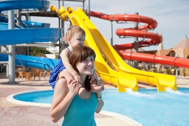 Mãe com criança no aquapark Foto gratuita