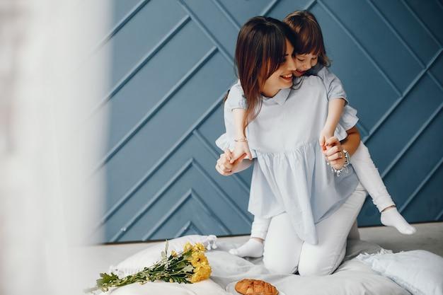 Mãe, com, criança pequena, casa Foto gratuita