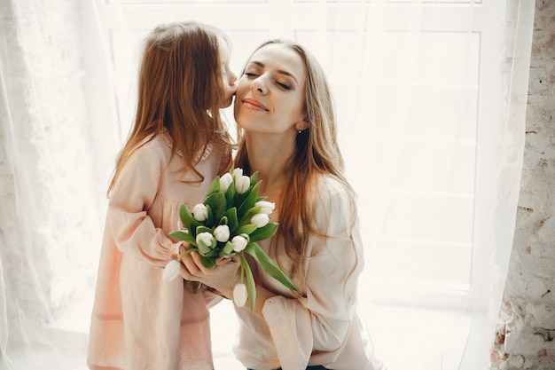 Mãe, com, criança pequena, em, hme Foto gratuita
