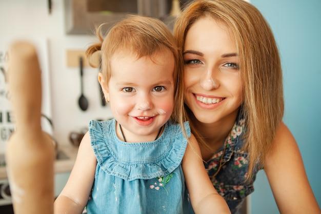 Mãe, com, dela, 2, anos velho, criança, cozinhar, feriado, torta, cozinha, para, mães, dia Foto Premium