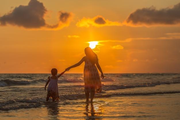 Mãe, com, dela, filha, praia Foto Premium