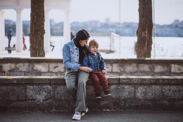 Mãe, com, dela, filho pequeno, em, parque Foto gratuita