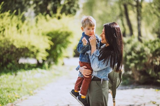Mãe, com, dela, filho pequeno, tendo divertimento, parque Foto gratuita
