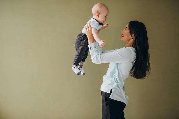 Mãe, com, dela, filho recém-nascido Foto gratuita