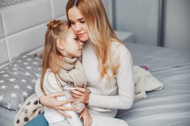 Mãe, com, dela, illnes, filha, em, um, quarto Foto gratuita