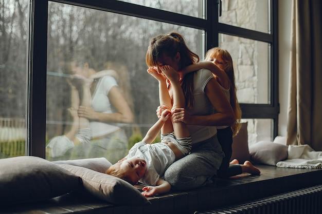 Mãe, com, dois, childrens Foto gratuita