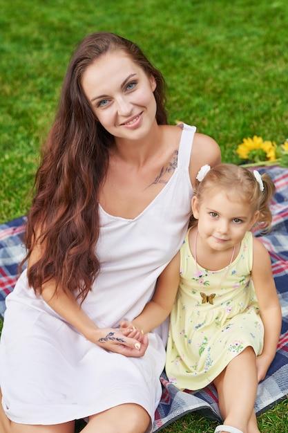 Mãe com filha bebê no parque Foto Premium