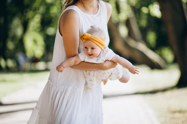 Mãe com filha bebê no parque Foto gratuita