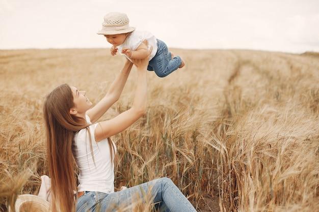 Mãe com filha brincando em um campo de verão Foto gratuita