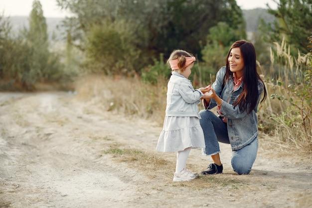 Mãe com filha brincando em um campo Foto gratuita