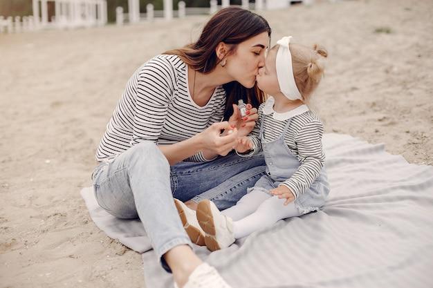 Mãe com filha brincando em um parque de verão Foto gratuita