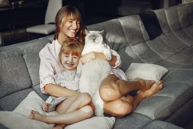 Mãe, com, filha, casa Foto gratuita