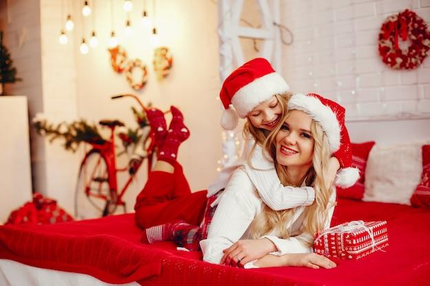Mãe com filha em casa Foto gratuita