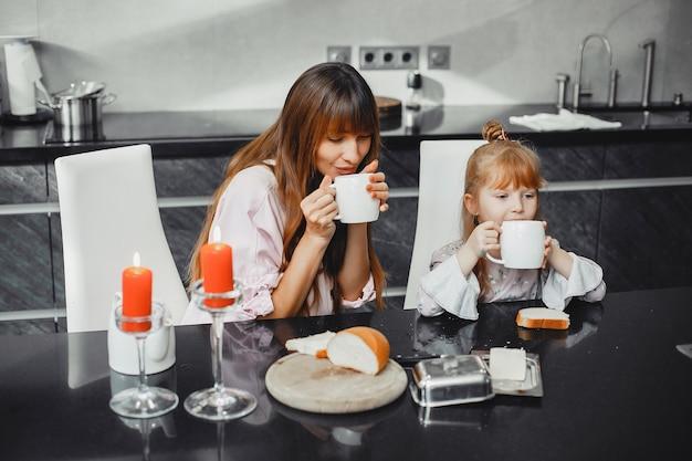 Mãe, com, filha, em, um, cozinha Foto gratuita