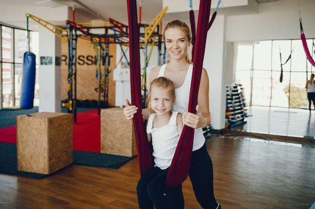 Mãe, com, filha, em, um, ginásio Foto gratuita